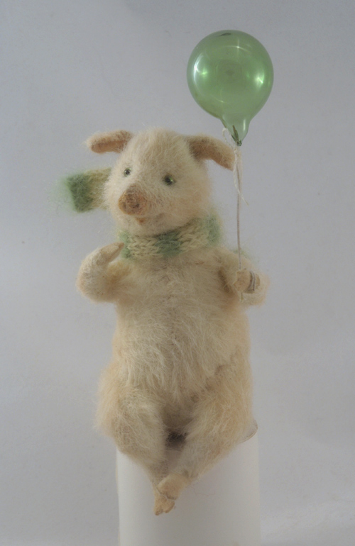 piglet with a baloon