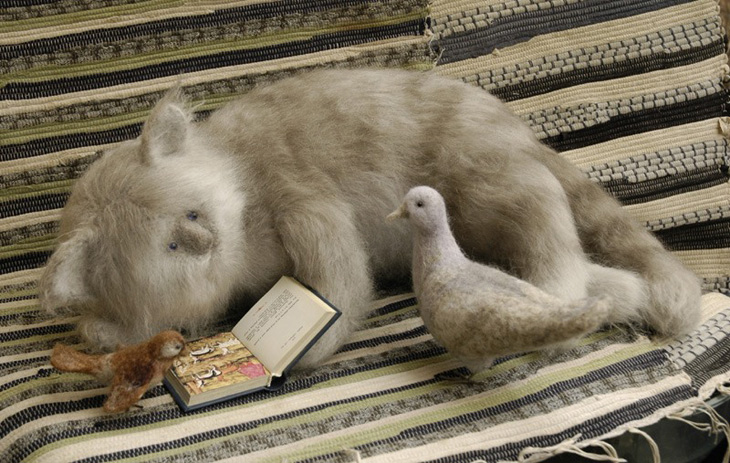 Stuffed cat reading with pigeon and sparrow